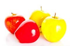 As maçãs no fundo branco frutificam nutrição saudável Foto de Stock