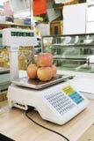 As maçãs pesam Imagens de Stock Royalty Free
