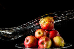 As maçãs que encontram-se no lado de prata e na água de voo Imagem de Stock