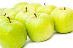 As maçãs verdes com gotas visíveis isolaram-se Fotografia de Stock