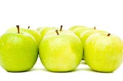 As maçãs verdes com gotas visíveis isolaram-se Imagens de Stock Royalty Free