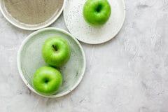 As maçãs verdes maduras apedrejam o espaço da opinião superior do fundo da tabela para o texto Fotografia de Stock Royalty Free