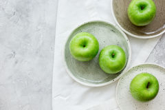 As maçãs verdes maduras apedrejam o espaço da opinião superior do fundo da tabela para o texto Foto de Stock