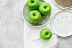 As maçãs verdes maduras apedrejam o espaço da opinião superior do fundo da tabela para o texto Imagens de Stock Royalty Free