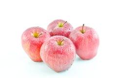 As maçãs vermelhas estavam no fundo branco Fotos de Stock