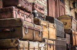 As malas de viagem de couro do vintage empilharam verticalmente - Spreewald, Alemanha fotografia de stock royalty free
