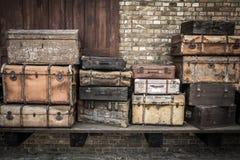 As malas de viagem de couro do vintage empilharam verticalmente - Spreewald, Alemanha fotos de stock