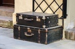 As malas de viagem velhas do vintage encontram-se na rua no pavimento Imagens de Stock Royalty Free