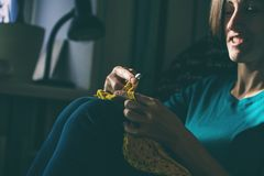 As malhas da menina fazem crochê em casa fotos de stock royalty free