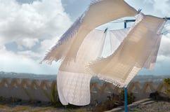 As mantas brancas tornam-se no vento durante a secagem imagens de stock