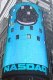 As matrizes da bolsa de valores de NASDAQ, o segundo - mercado de troca o maior do mundo no Times Square Fotografia de Stock Royalty Free