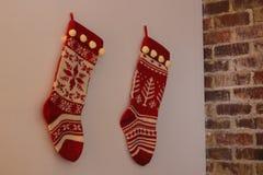 As meias foram penduradas pela chaminé com cuidado Fotografia de Stock
