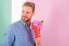 As melhores flores para ela Ramalhete macho das posses como o presente rom?ntico Do ramalhete feliz das posses do noivo data de e foto de stock