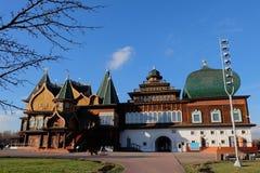 As melhores obra-primas da estrutura de madeira do russo do palácio de T Foto de Stock