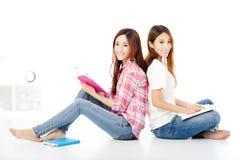 as meninas adolescentes felizes dos estudantes estudam junto Fotos de Stock