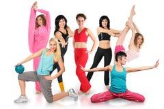 As meninas agrupam no sportswear fazem o exercício ginástico imagens de stock