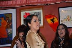 As meninas andaluzas dançam e cantam o flamenco, a música tradicional típica da Espanha do sul, Sevilha, 04/15/2017 fotos de stock