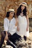 As meninas bonitas com cabelo escuro vestem a roupa e o chapéu elegantes ocasionais Imagem de Stock Royalty Free