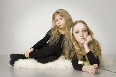 As meninas bonitas com levantaram-se Foto de Stock Royalty Free