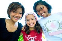 As meninas bonitas de uma família no grupo abraçam. fotografia de stock royalty free