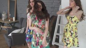 As meninas bonitas têm o divertimento e dançam em casa as moças atrativas passam o tempo junto Movimento lento video estoque