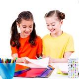 As meninas bonitos no corte colorido do t-shirt scissor o cartão Fotografia de Stock