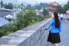 As meninas chinesas asiáticas vestem a roupa do estudante na República da China em uma cidade antiga Fotografia de Stock Royalty Free