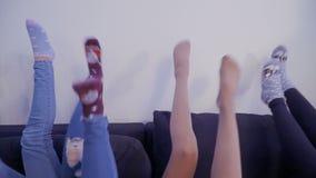 As meninas colocam no sofá e movem seus pés filme