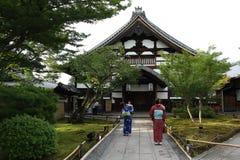 As meninas com yukata tomavam fotos na frente do templo de Kodaiji imagem de stock