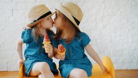 As meninas dão-se beijos e esperam-se o verão fotos de stock royalty free