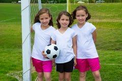As meninas da criança do futebol do futebol team no fileld dos esportes foto de stock
