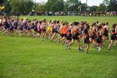 As meninas da High School começam a raça do país transversal Fotografia de Stock