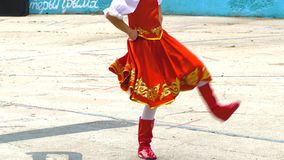 As meninas dançam a dança popular do russo filme