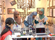 As meninas de Musulman competem na olimpíada do robô em Sochi Fotografia de Stock