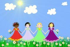 As meninas de raças diferentes em um prado verde Fotos de Stock Royalty Free