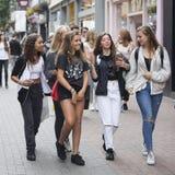 As meninas dos adolescentes de um jovem andam ao longo da rua de Carnaby A rua de Carnaby é uma das ruas principais da compra de  Foto de Stock Royalty Free