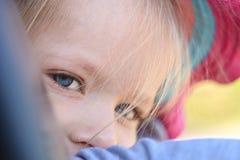 As meninas dos olhos azuis são tristes, close-up, porta de carro foto de stock