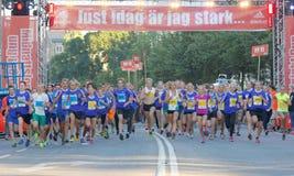 As meninas e os meninos running segundos após o rge começam Imagens de Stock Royalty Free