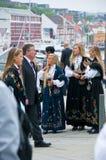 As meninas em vestidos nacionais em Stavanger Fotografia de Stock