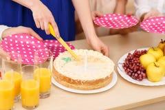 As meninas estão a ponto de compartilhar de um bolo de aniversário Imagem de Stock