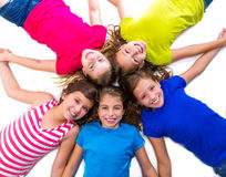 As meninas felizes da criança agrupam o círculo de encontro de sorriso da vista aérea Fotografia de Stock Royalty Free