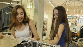 As meninas felizes escolhem revestimentos elegantes e saias dos vestidos video estoque