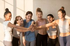 As meninas felizes multirraciais têm o treinamento inspirador no exercício imagens de stock royalty free