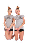 As meninas gêmeas do esporte estão em joelhos Imagens de Stock