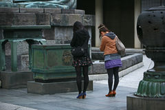 As meninas japonesas rezam Imagem de Stock
