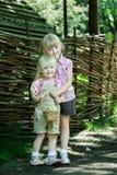 As meninas jogam com galinha Fotografia de Stock Royalty Free