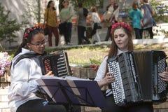 As meninas jogam o acordeão Foto de Stock Royalty Free