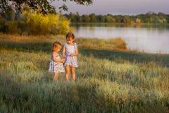 As meninas jogam o campo, o plano geral Imagens de Stock