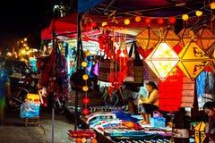 As meninas locais dos jovens na noite introduzem no mercado a venda do ofício em Luang Prabang, Laos foto de stock royalty free