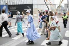 As meninas menonitas cruzam a rua em New York City perto do ze à terra fotos de stock royalty free